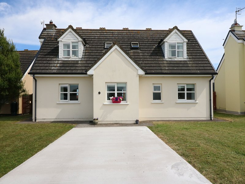 SEAGAZE, detached, ground floor bedrooms, large lawned garden, short walk to, holiday rental in Clashmore