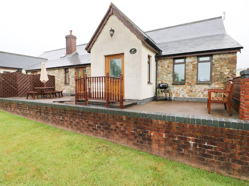 ELDER COTTAGE, pet-friendly, in Kidwelly, casa vacanza a Llannon