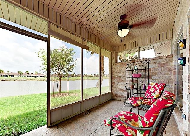 Lakeside Golf Club Gem w/ Screened Porch & Game Room, Shared Pool, Near Beach, location de vacances à Laguna Vista
