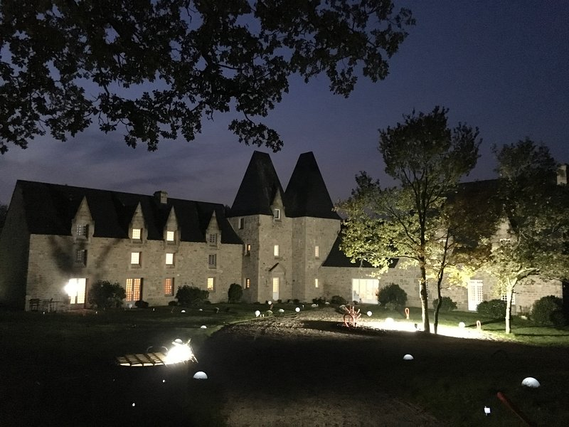 Façade of the Manoir de nuit