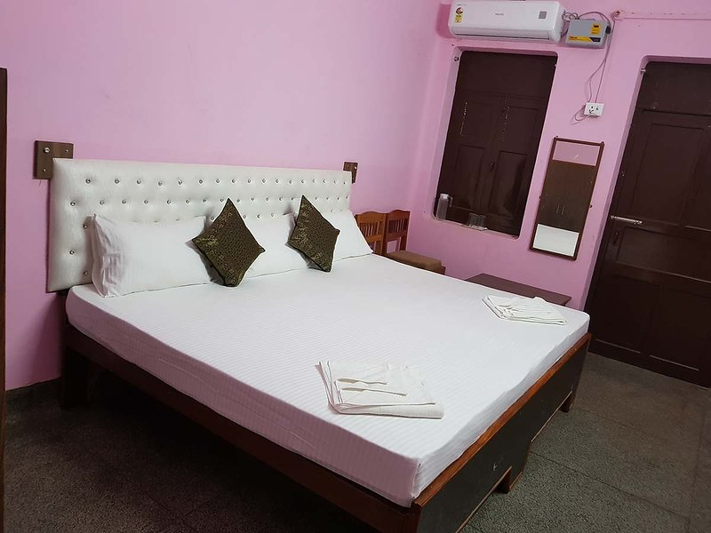 Deluxe Double Room 2 - Varanasi Heritage Home Stay Guest House in Budget Rate, casa vacanza a Varanasi