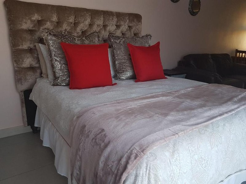 Schoenmakerskop Self-catering Apartments - Apartment with Pool View, vacation rental in Beachview
