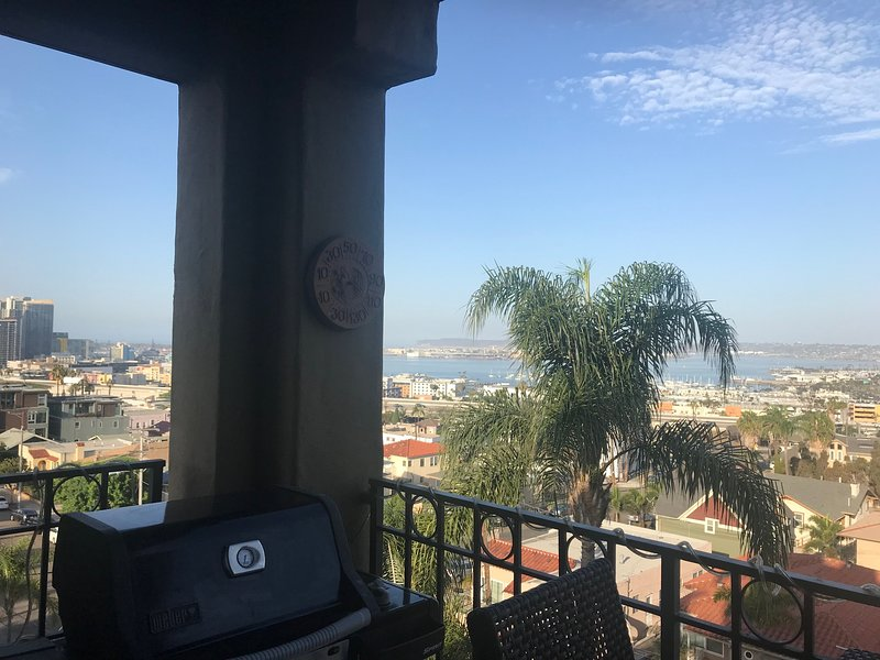 Gril à gaz sur le balcon surplombant la baie de San Diego