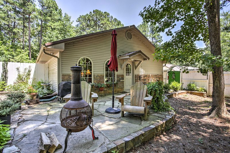 'The Cottage on Rose Lane' cuenta con un patio privado con parrilla y chiminea.