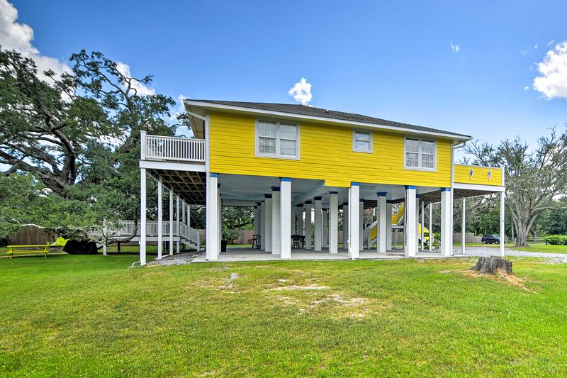 'Canary House' offers 4 bedrooms, 3 bathrooms, and accommodations for 8 guests!