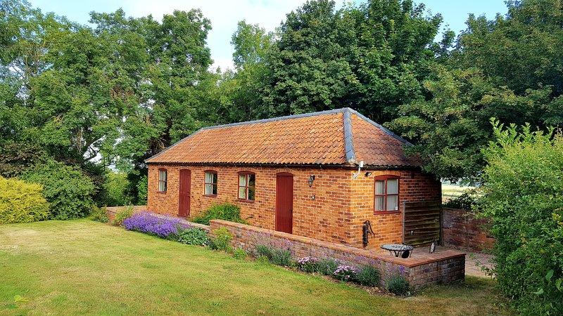 Ubicado en un gran jardín con un rincón privado para los visitantes en el huerto adyacente