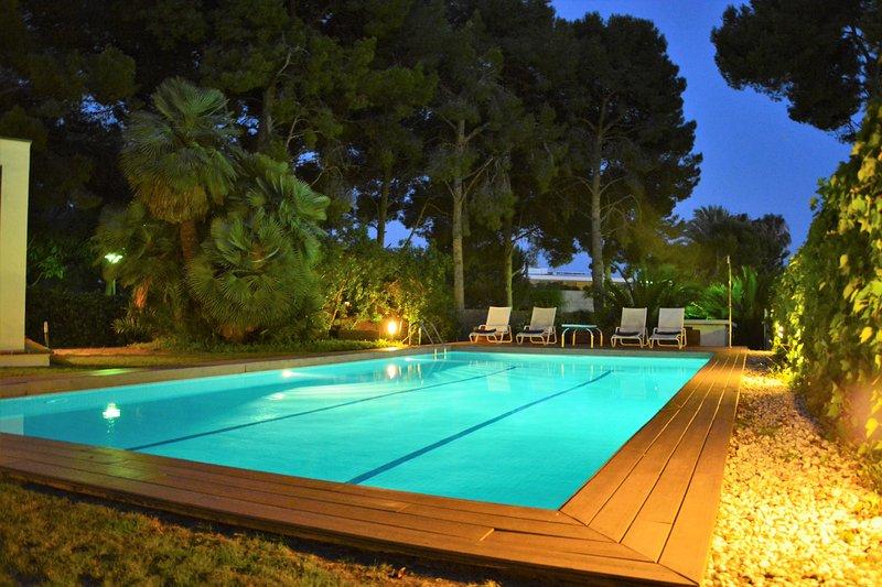 Sitges Villas Mahe: a 300 metros del mar - Piscina por la noche (12 m * 6 m)