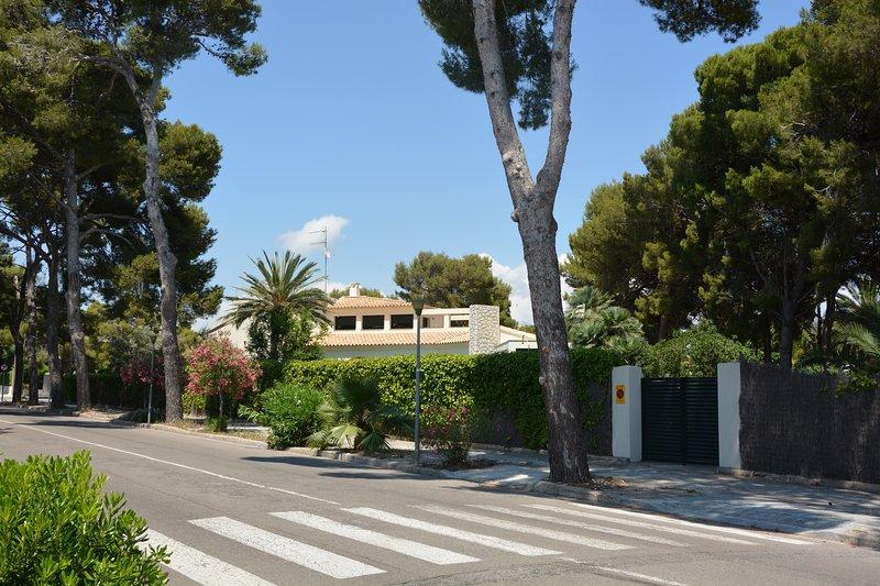 Sitges Villas Mahe: Villa Mahe vista desde la calle. Zona tranquila !!