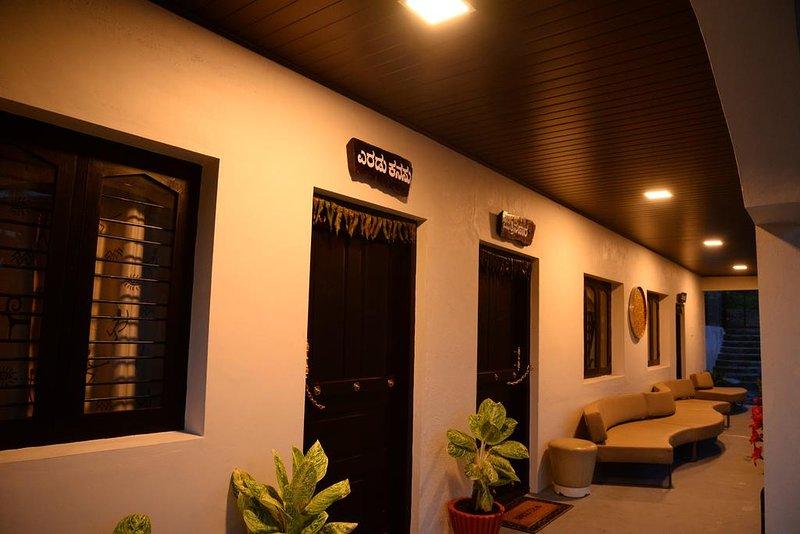 Halli Hithalu Homestay - Room : Rain Drop/ Mutthina Hara, holiday rental in Hanbal
