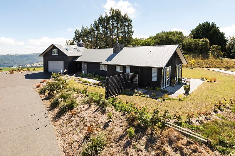 Country style cedar and stone house. Big views of Lake Taupo, mountains and countryside.