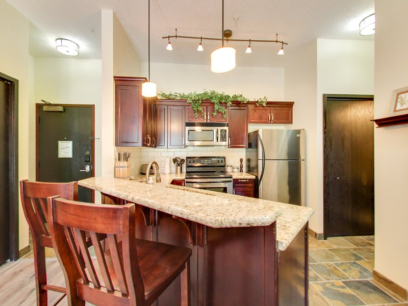 ❧ Luxury Mountain View Oasis in the Rockies ❧, holiday rental in Canmore