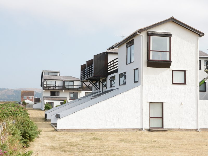 SWN Y MOR, open-plan living, panoramic views, WiFi, Ref 942098, vacation rental in Dwygyfylchi