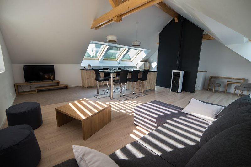 Annecy Lake Holidays / 80m2 Duplex 200m lac d'annecy / Appartement neuf, holiday rental in Echarvines
