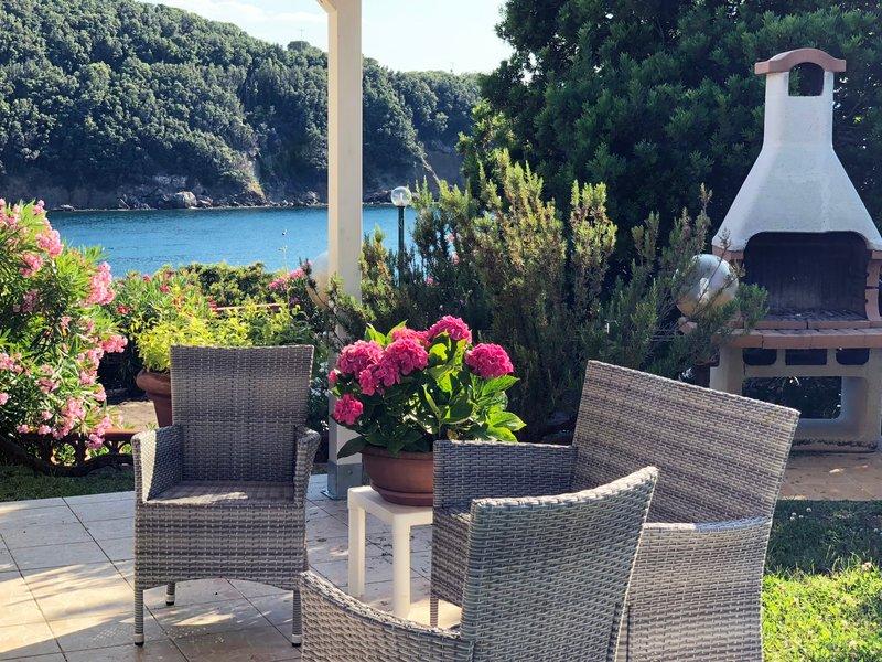 Villa Cacciò sul mare con giardino privato, vacation rental in Rio Nell'Elba