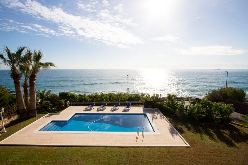 Catalunya Casas: Luxury 5-bedroom beachside villa in Tarragona!, holiday rental in Els Pallaresos
