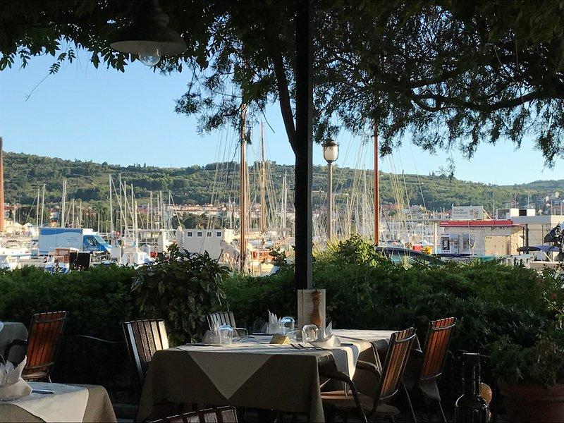 Goditi un pranzo o una cena rilassante sul lungomare - Izola marina.