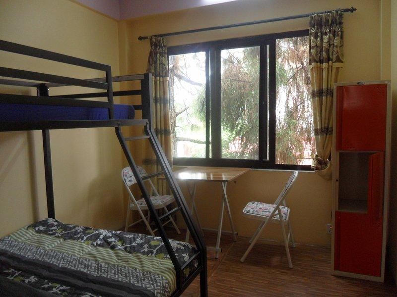 lit double superposé avec matelas luxueux dans une chambre isolée avec vue magnifique à travers la fenêtre