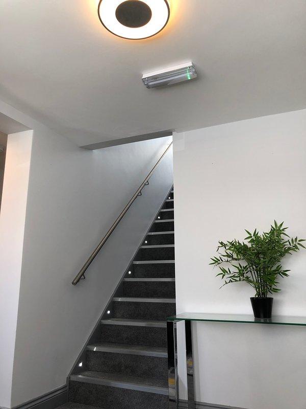 Zone de réception avec éclairage automatique et CCTV