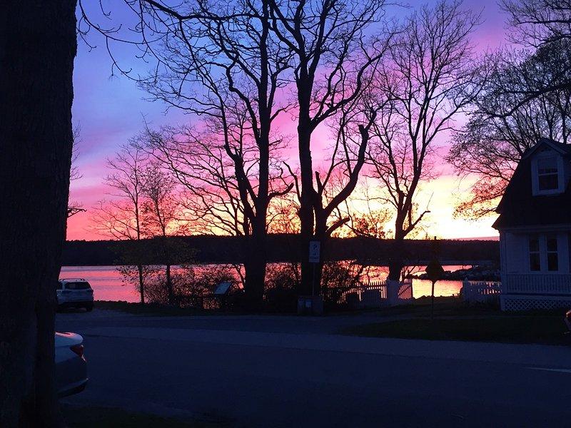 Una hermosa puesta de sol de primavera sobre el puerto de Shelburne