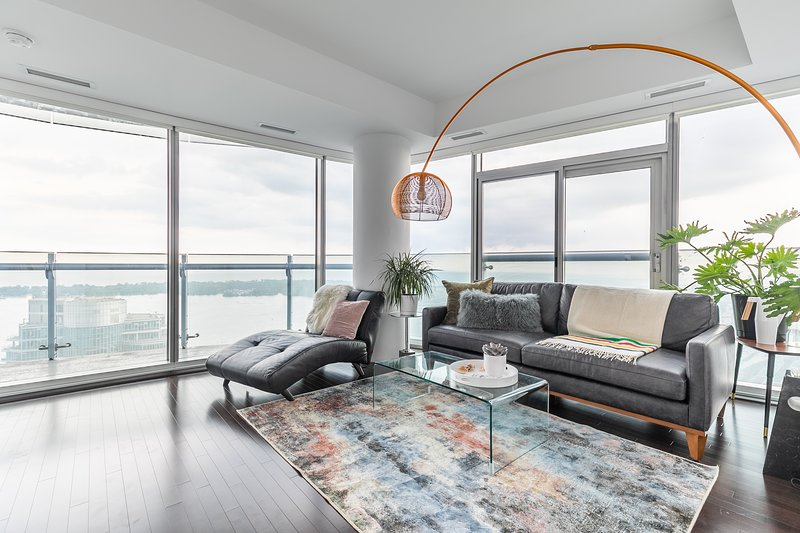 Beautiful corner suite overlooking the lake, Toronto island and CN Tower