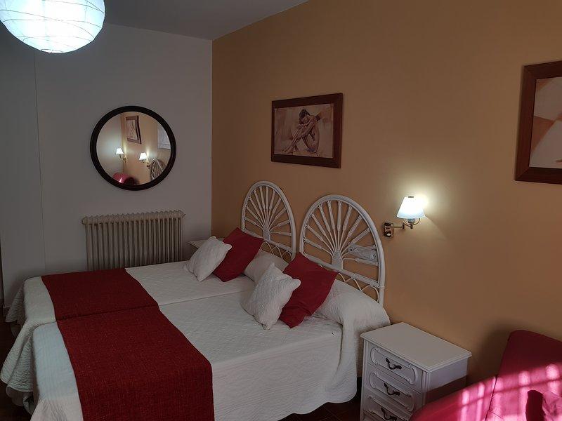 Amplísima Casa con Gran Salón cerca de Gijón · Chimenea · 5 Hab · Todas con baño, location de vacances à Villaviciosa