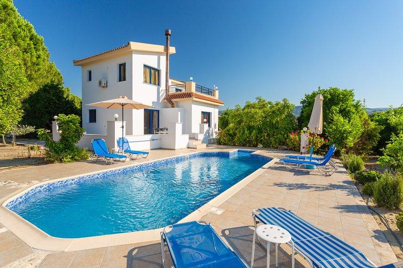 Villa Charoula Tessera: Large Private Pool, A/C, WiFi, Eco-Friendly, holiday rental in Steni