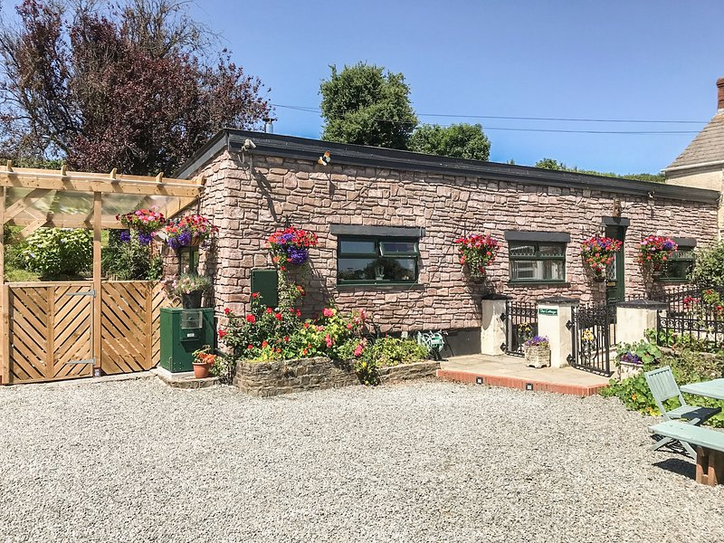 FFYNNONLWYD COTTAGE, all ground floor, off road parking, enclosed patio, near, holiday rental in St Clears