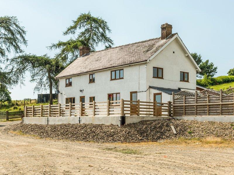 UPPER CAERFAELOG, detached farmhouse, hot tub, sauna, outdoor TV, WiFi, near, aluguéis de temporada em Abbeycwmhir