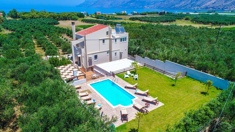 Palace Luxury Villa, Just 200m From The Beach, Drapanias Chania, holiday rental in Drapanias