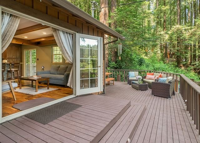 Lovely Redwood Retreat w/ Hot Tub & Wraparound Deck, holiday rental in Duncans Mills