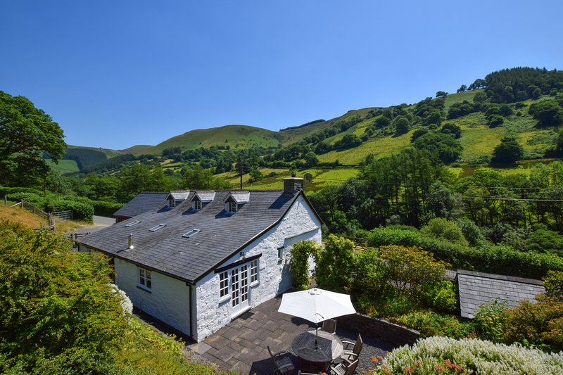 Ty Mawddwy: 5 star Snowdonia Country Cottage with a Games Room - 27051, holiday rental in Machynlleth