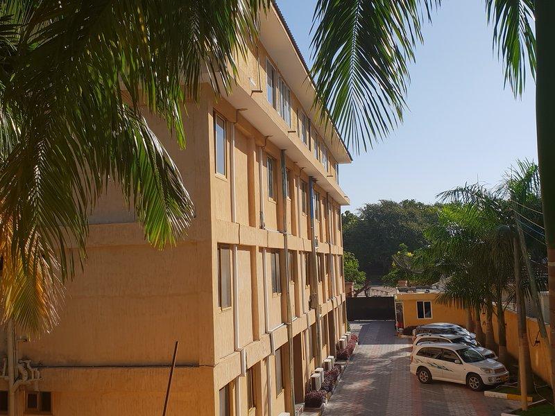 Luxury 1BR Apartment - walk to the beach, casa vacanza a Dar es Salaam