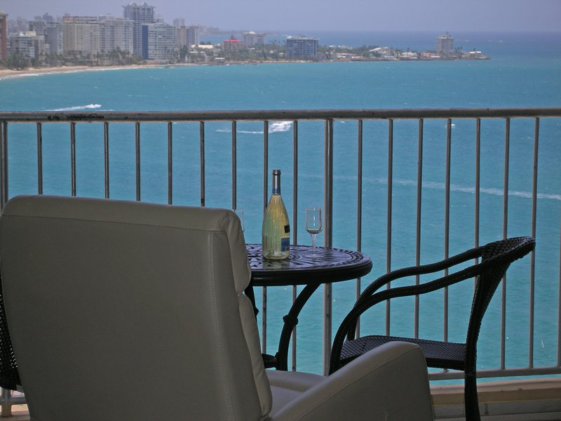 Isla Verde Beach! Spectacular Full Ocean View - Beach Front, WIFI, Free Parking, holiday rental in Isla Verde