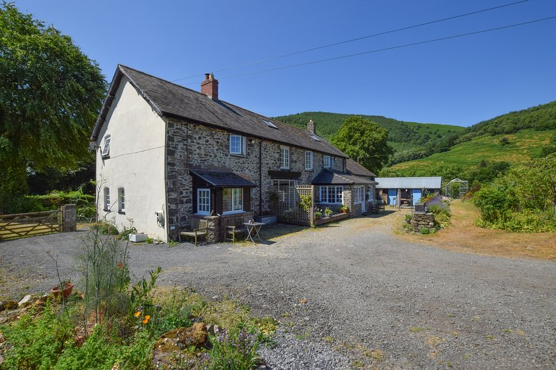 Beautiful break for two located in the Dyfi Valley. Yr Hen Dy Coets: 40911, holiday rental in Machynlleth