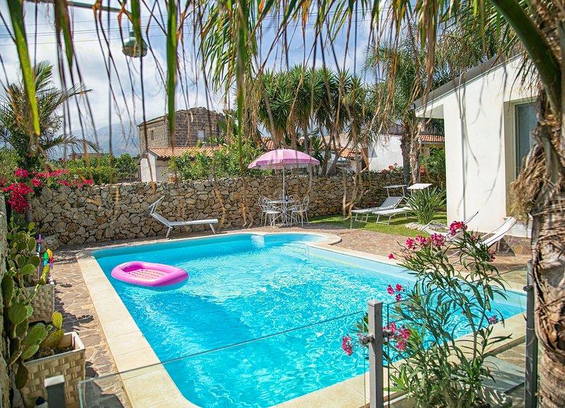 Villa Manzella  a 2 passi dal mare con piscina privata, aluguéis de temporada em Cinisi