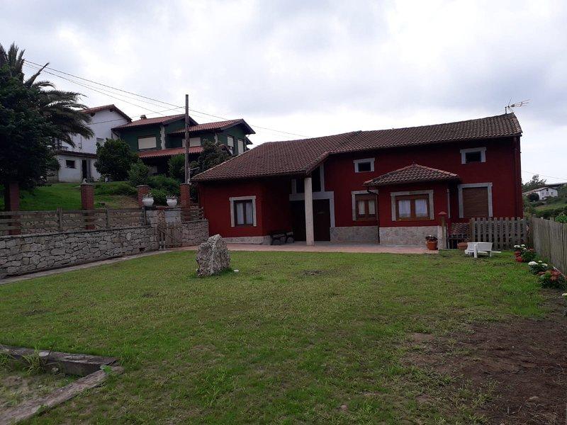 Casa planta baja con amplio jardin, vacation rental in Bielva