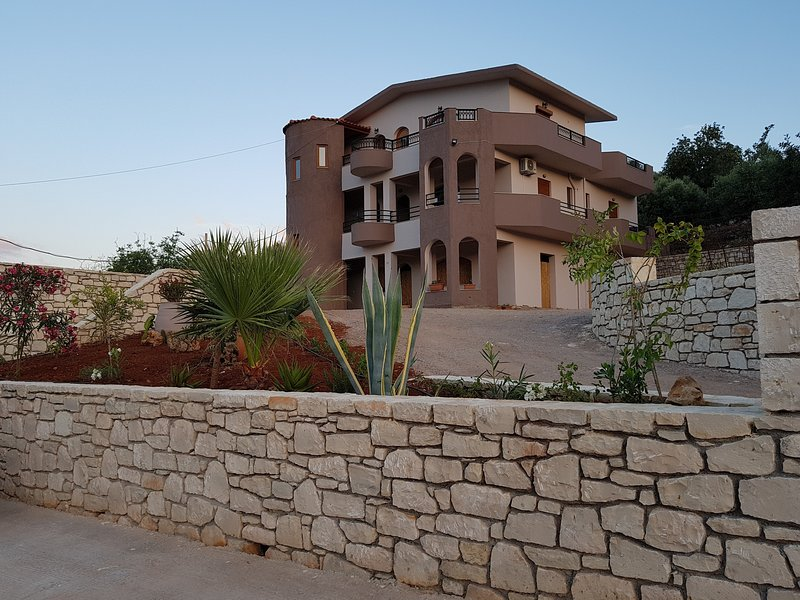 130qm Apartment,3bedrooms 3bathrooms, local life, close to beaches, large garden, vacation rental in Melidoni