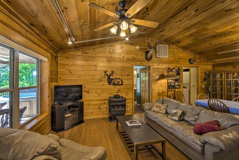 Deer Glen' Cabin w/Private Hot Tub & Porch!, holiday rental in Nantahala Township