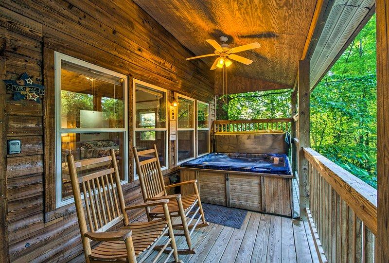 Nantahala Gorge Cabin w/Hot Tub - 7 Mi to Tsali!, holiday rental in Nantahala Township