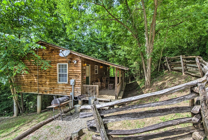 This 3-bedroom, 1-bathroom cabin has views of the Great Smoky Mountains.