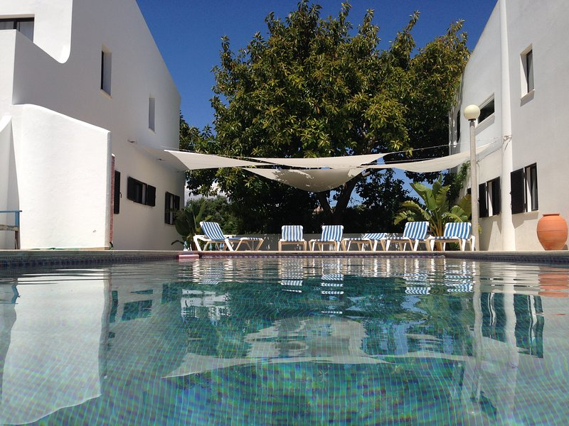 Spacious house with shared pool, holiday rental in Benagil