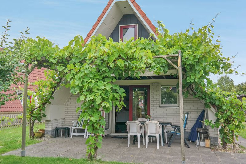 6 pers holiday home close to the National Park Lauwersmeer, Ferienwohnung in Anjum