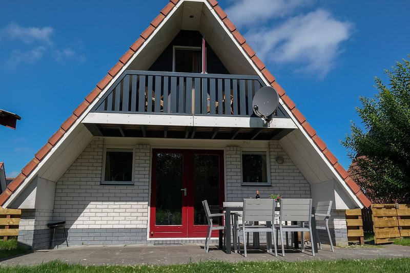 6pers Waterfront house on a typical dutch canal, by Lauwersmeer, Ferienwohnung in Dokkum