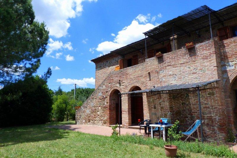 Torrita di Siena village walking distance budget flats Q - large garden and view, vacation rental in Torrita di Siena