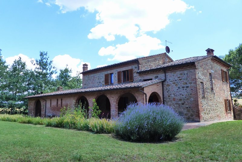 Torrita di Siena village walking distance budget flats A - large garden and view, vacation rental in Torrita di Siena