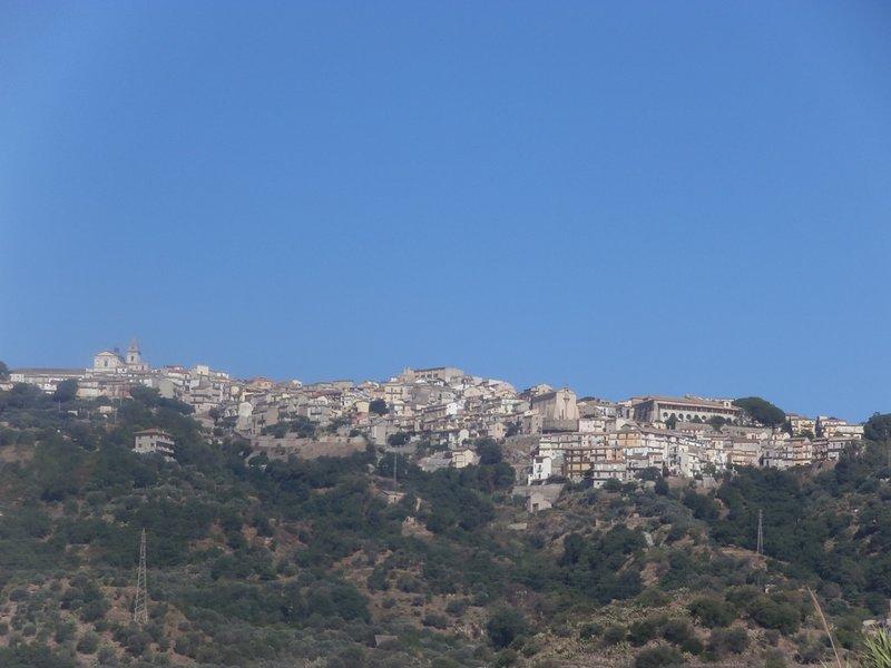 Una foto de la ciudad alta tomada de la playa.