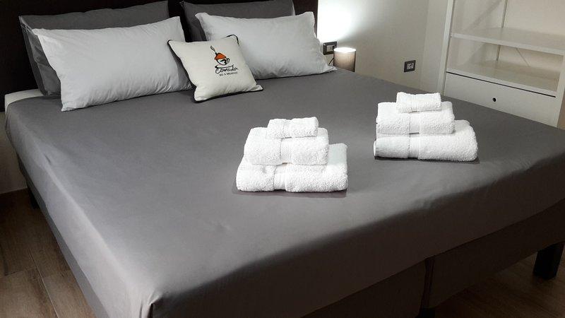 Le nostre camere sono dotate di biancheria da letto, asciugamani, aria condizionata e chiavi.