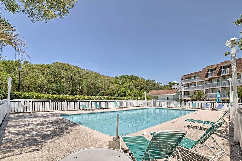 O condomínio de 2 quartos e 2 banheiros é acompanhado por comodidades de estilo resort.