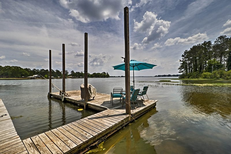 Home on Jordan Lake w/ Shared Dock & Boat Slip!, holiday rental in Elmore