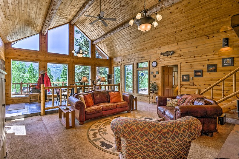 Quiet Twin Lakes Log Cabin w/Lake & Mtn Views, holiday rental in Twin Lakes